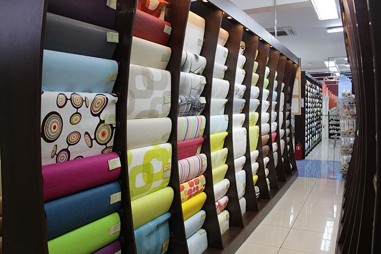 Выбор бумажных обоев в магазинах