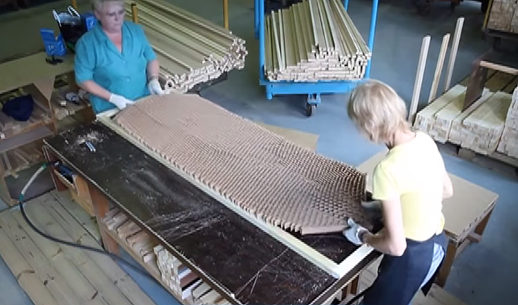 Процесс создания межкомнатной двери — полость заполняется прессованным картоном («сотами»),