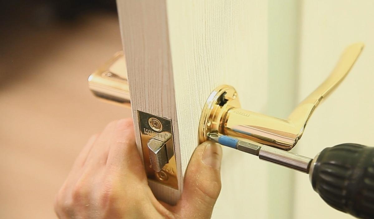 Как врезать замок в межкомнатную дверь видео как это сделать своими руками
