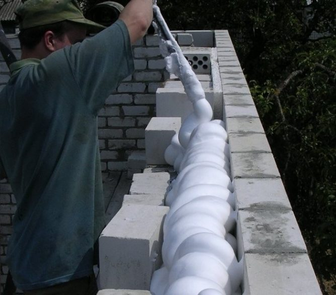 Пена для утепления стен дома нанесение жидкой монтажной пены в баллонах своими руками теплоизоляция стен внутри и снаружи