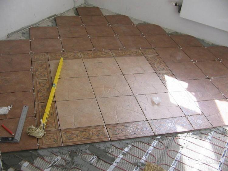 Диагональная укладка плитки на пол кухни