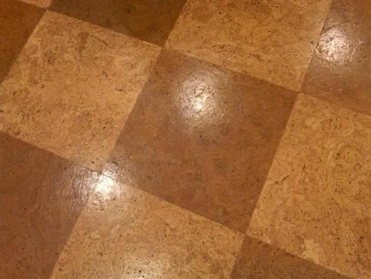 Пробковая плитка на полу в кухне