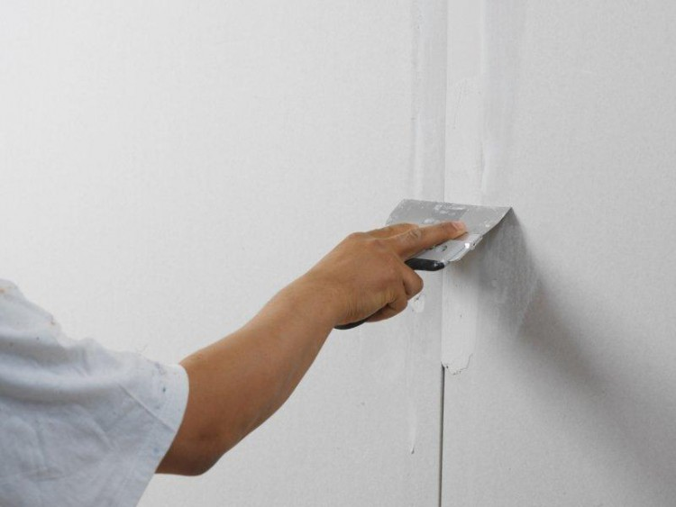 Нанесение на стену шпатлевки