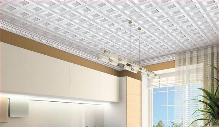 Пенополистирольная плитка на потолке на кухне