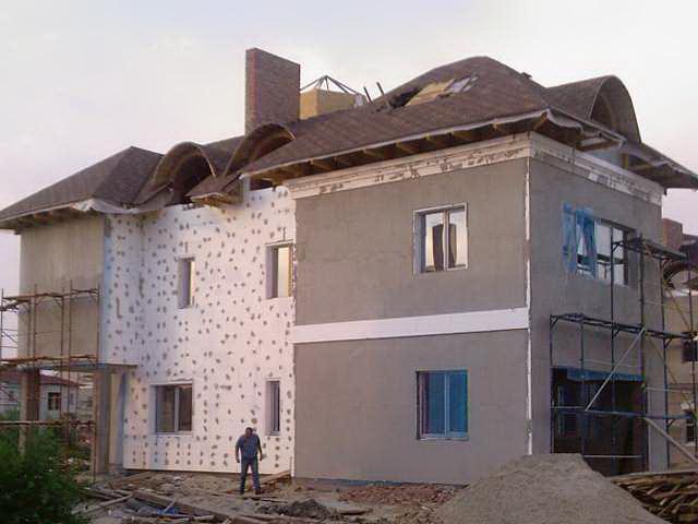 Отделка фасада камнем и короедом