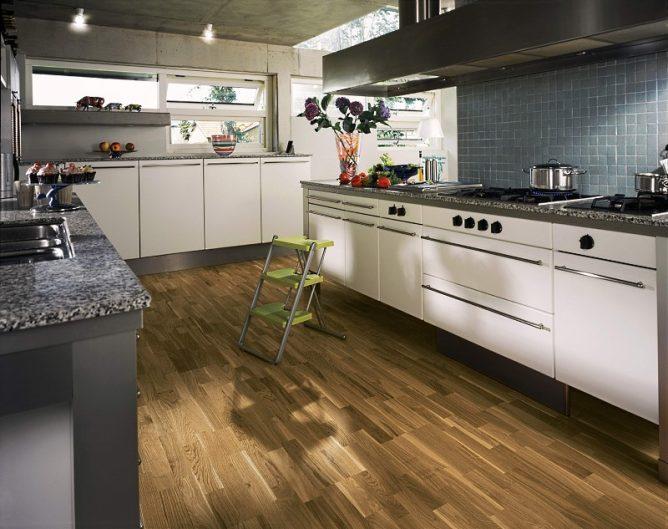 Дизайн кухонного пола с паркетом