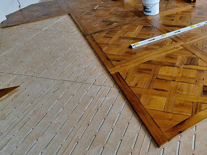 Фанерные листы на бетонной стяжке